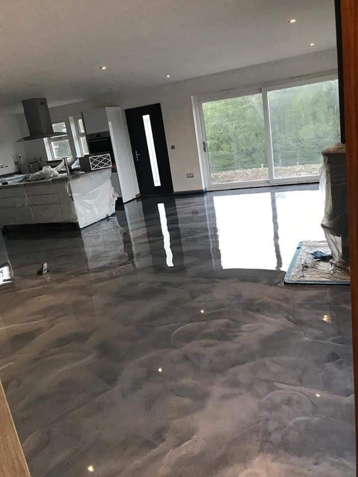 Großflächiges Fußbodendesigns mit Epoxidharz